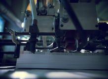Принтер большого формата с кучей бумаги стоковая фотография rf