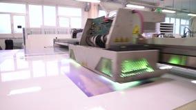 принтер Больш-формата Взгляд с стороной Оборудование в магазине Процесс прессы конец вверх акции видеоматериалы