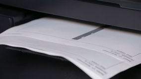 Принтер в действии Бумаги печатания