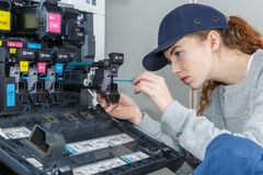 Принтер отладки молодой женщины Стоковая Фотография RF