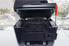 Принтер офиса отремонтирован красной отверткой стоковые фотографии rf