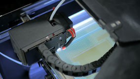 принтер 3D во время работы Стоковая Фотография