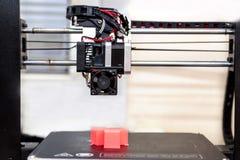 принтер 3d и напечатанные модели, кубы плашки 3 Стоковое Фото