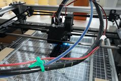 принтер 3d печатает детали работа на фабрике стоковое изображение rf