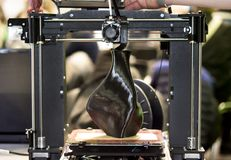 принтер 3D печатая модель в форме черного конца-вверх вазы Стоковое фото RF
