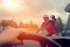 Принуждать полосу отчуждения на дороге стоковое фото