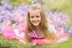 Принцесса девушки в красивом платье в кровати цветков Стоковые Изображения RF