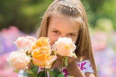 Принцесса девушки с букетом роз Стоковая Фотография RF