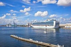 Принцесса туристического судна изумрудная в гавани Стоковые Изображения