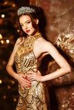 Принцесса ферзя женщины в кроне и платье люкса, backgr партии светов стоковые изображения