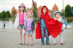 3 принцессы и рыцарь имея потеху outdoors Стоковое Изображение