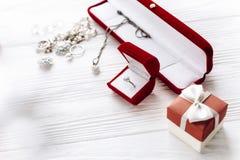 Принципиальная схема дня Валентайн стильное кольцо с бриллиантом в красной присутствующей коробке a Стоковое Фото