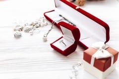 Принципиальная схема дня Валентайн стильное кольцо с бриллиантом в красной присутствующей коробке a Стоковая Фотография RF