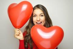Принципиальная схема дня ` s Валентайн Симпатичная девушка с сердцем сформировала воздушные шары на серой предпосылке Стоковая Фотография RF