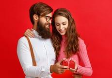 Принципиальная схема дня ` s Валентайн счастливые молодые пары с сердцем, цветки, подарок на красном цвете стоковая фотография