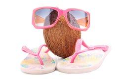 Принципиальная схема кокоса с солнечными очками и beachwear Стоковые Фотографии RF
