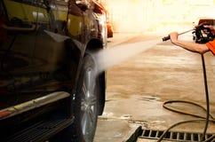 принципиальная схема конца чистоты автомобиля вверх моя Автомобиль чистки используя высокую воду давления Стоковое Изображение RF
