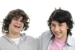 принципиальная схема мальчиков выражая приятельство Стоковое Фото