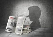 принципиальная схема обозначает много весточкой бумажное слово Поддельные новости Тень бросания газет в форме лжеца 3d Стоковые Фотографии RF