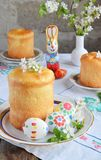 принципиальная схема пасха счастливая Сладкий хлеб с высушенными плодами и покрашенными яйцами Праздники завтракают правоверное k стоковая фотография rf