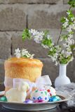 принципиальная схема пасха счастливая Сладкий хлеб с высушенными плодами и покрашенными яйцами Праздники завтракают правоверное k стоковые изображения rf