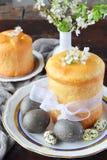 принципиальная схема пасха счастливая Сладкий хлеб с высушенными плодами и покрашенными яйцами Праздники завтракают правоверное k стоковое фото rf