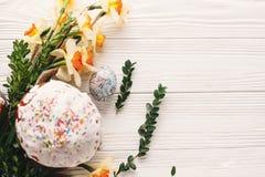 принципиальная схема пасха счастливая стильное покрашенное яичко и пасха испекут на whi Стоковое Изображение RF