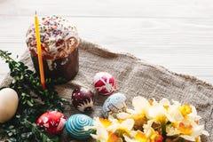 принципиальная схема пасха счастливая стильные покрашенные яичка и пасха испекут на wh Стоковая Фотография RF