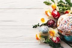 принципиальная схема пасха счастливая стильные покрашенные яичка и пасха испекут на ru Стоковая Фотография RF