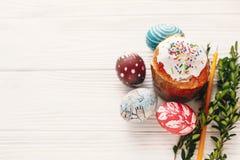принципиальная схема пасха счастливая стильные покрашенные яичка и пасха испекут на wh Стоковое Фото