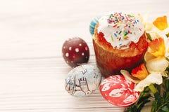 принципиальная схема пасха счастливая стильные покрашенные яичка и пасха испекут на wh Стоковые Фото