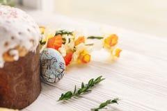 принципиальная схема пасха счастливая стильные покрашенные яичка и пасха испекут на wh Стоковые Изображения