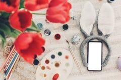 принципиальная схема пасха счастливая уши и телефон зайчика с пустым экраном и Стоковое Изображение
