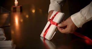 принципиальная схема присутствующая Шоколад любит настоящий момент, подарки, красный смычок в шоколаде Стоковое фото RF