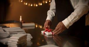 принципиальная схема присутствующая Шоколад любит настоящий момент, подарки, красный смычок в шоколаде Стоковое Фото