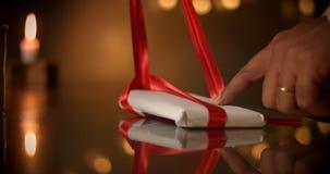 принципиальная схема присутствующая Шоколад любит настоящий момент, подарки, красный смычок в шоколаде Стоковые Изображения RF