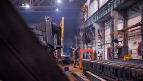 принципиальная схема промышленная Кран положенный вниз с детали на пол и работника человека принимая ее стоковые фото