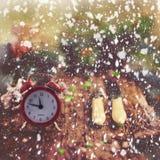 Принципиальная схема рождества Будильник с конусами хворостин елевой сосны и Стоковое фото RF