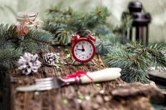 Принципиальная схема рождества Будильник с конусами хворостин елевой сосны и Стоковое Изображение