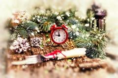 Принципиальная схема рождества Будильник с конусами хворостин елевой сосны и Стоковая Фотография