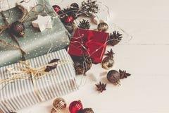принципиальная схема рождества веселая настоящие моменты с ани конусов сосны орнаментов Стоковое Изображение