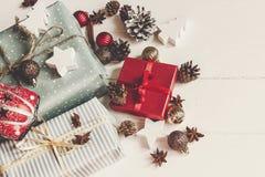 принципиальная схема рождества веселая настоящие моменты с ани конусов сосны орнаментов Стоковое фото RF