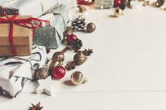 принципиальная схема рождества веселая настоящие моменты с ани конусов сосны орнаментов Стоковое Изображение RF