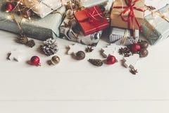 принципиальная схема рождества веселая настоящие моменты с ани конусов сосны орнаментов Стоковое Фото