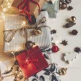 принципиальная схема рождества веселая настоящие моменты с ани конусов сосны орнаментов Стоковые Изображения RF