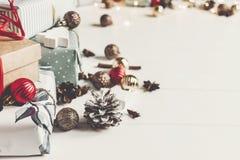 принципиальная схема рождества веселая настоящие моменты с ани конусов сосны орнаментов Стоковая Фотография