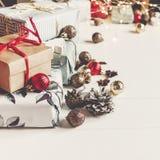 принципиальная схема рождества веселая настоящие моменты с ани конусов сосны орнаментов Стоковая Фотография RF