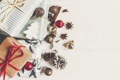 принципиальная схема рождества веселая настоящие моменты с ани конусов сосны орнаментов Стоковые Фото