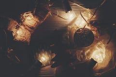 Принципиальная схема рождества ретро света шарика и деревянное дерево забавляются на ржавчине Стоковое Изображение RF