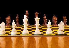 Принципиальная схема шахмат с частями на доске Стоковое Фото